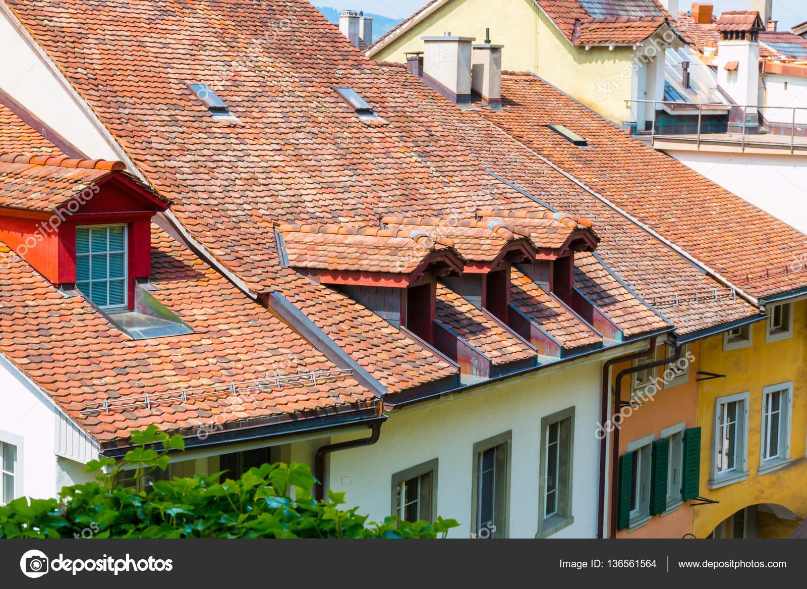 Uitzicht op rode tegel daken op oude historische huizen in thun