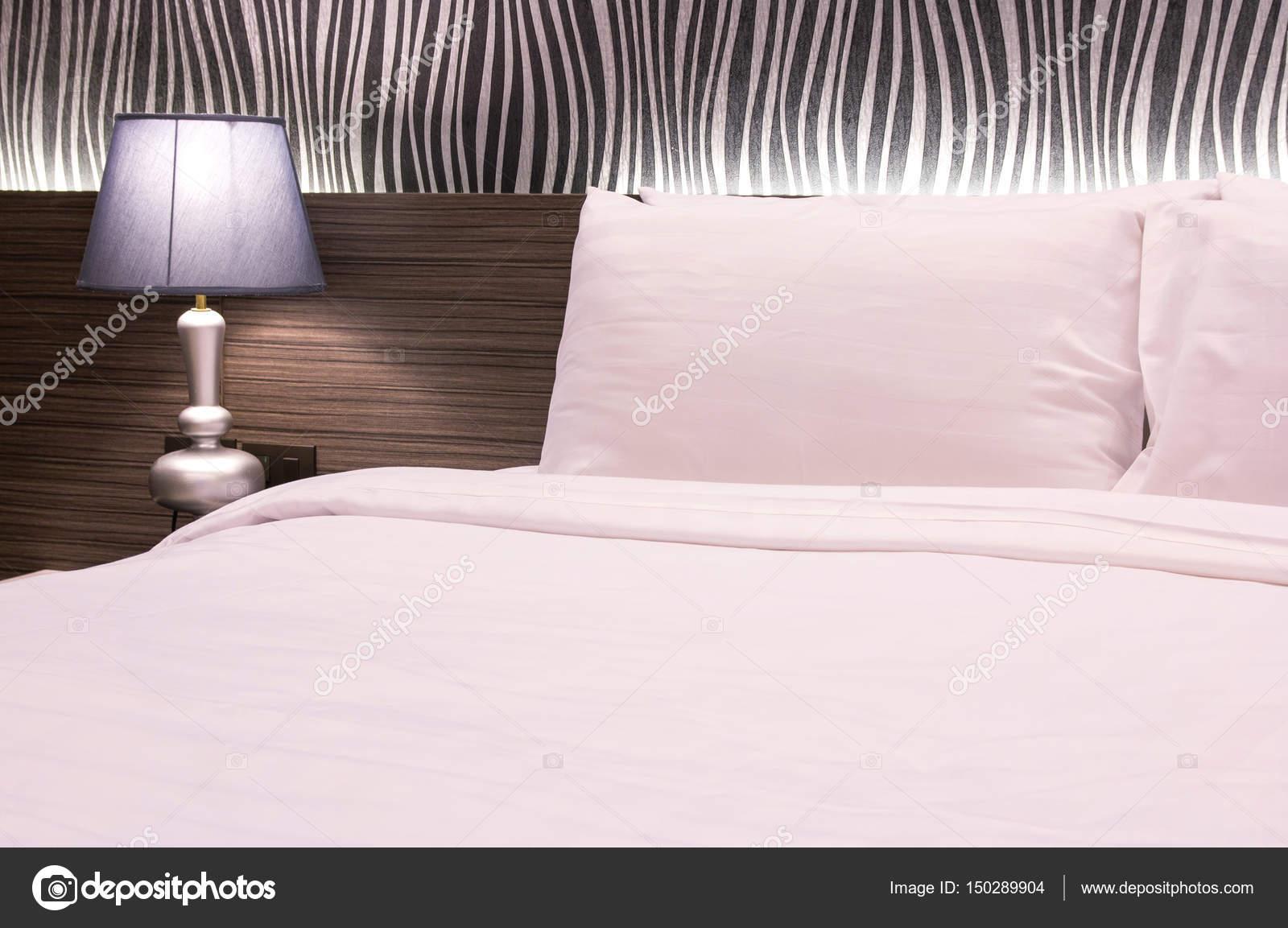 Tavoli Per Camere Da Letto : Lampada da tavolo con camera da letto nella camera d albergo