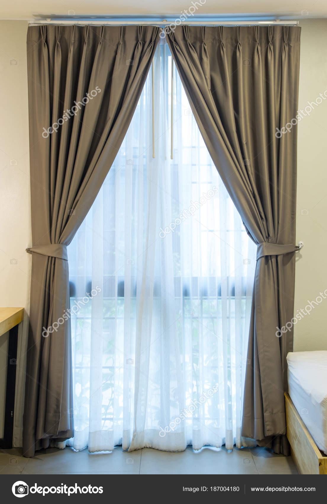 https://st3.depositphotos.com/1268919/18700/i/1600/depositphotos_187004180-stockafbeelding-lege-gordijn-interieurdecoratie-op-de.jpg