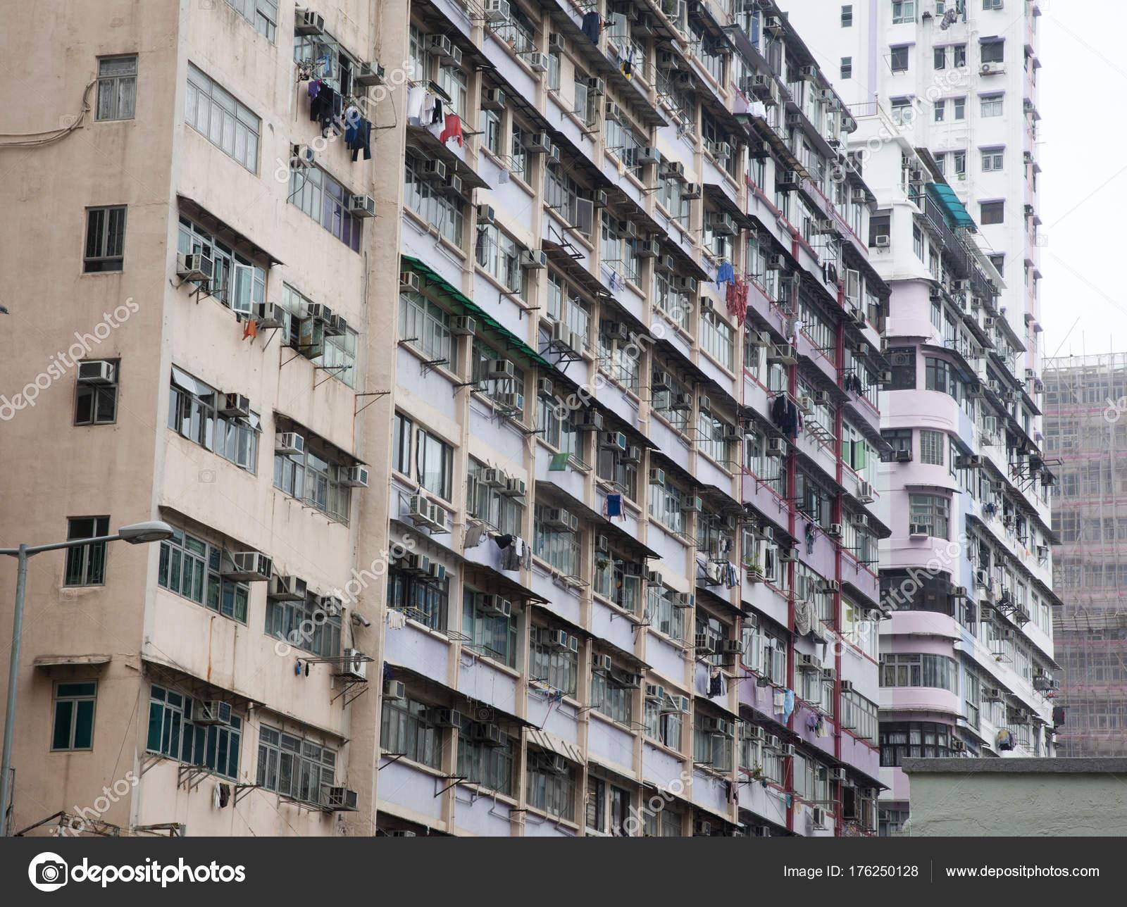 Wäsche aus Wohnung Fenstern hängen — Stockfoto © rustycanuck #176250128