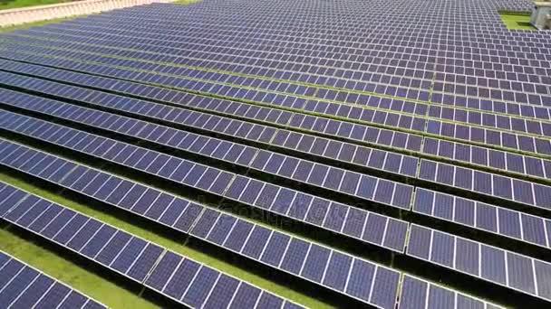 Letecké záběry solárních panelů v solární park