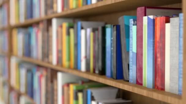 Regály v knihovně video