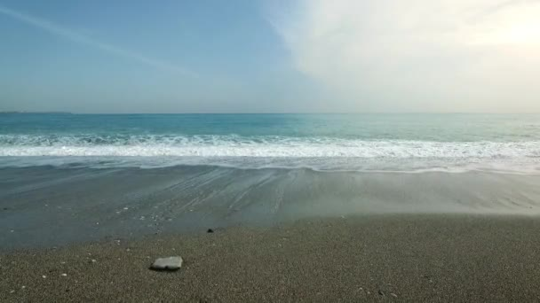 Letecká dron záběry z poklidné mořské vlny dosáhl pobřeží, Drone flying zvlněné moře.