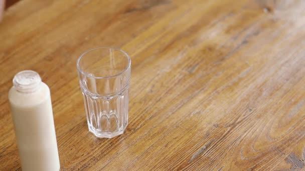 nalil mléko do skla