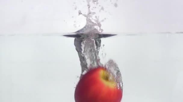 Ovoce pádu do vody a plovoucí v pomalém pohybu