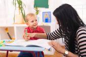 Fotografie dítě chlapec a matka s vzdělávací hračky