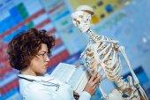 žena výuky anatomie