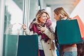 Vásárlás boldog nő meg. Két gyönyörű fiatal nő élvezi a város bevásárló