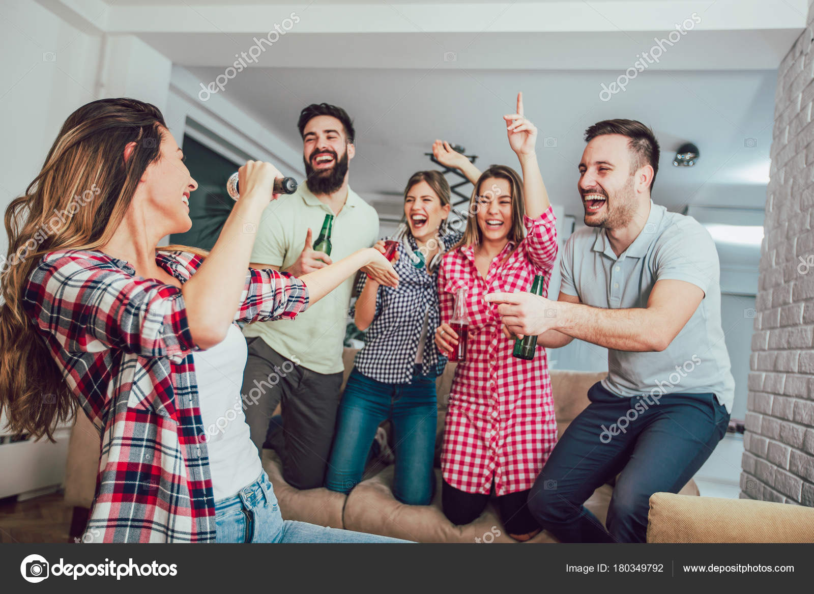 Grupo amigos jugando karaoke casa concepto sobre amistad entretenimiento hogar fotos de stock - Karaoke en casa ...