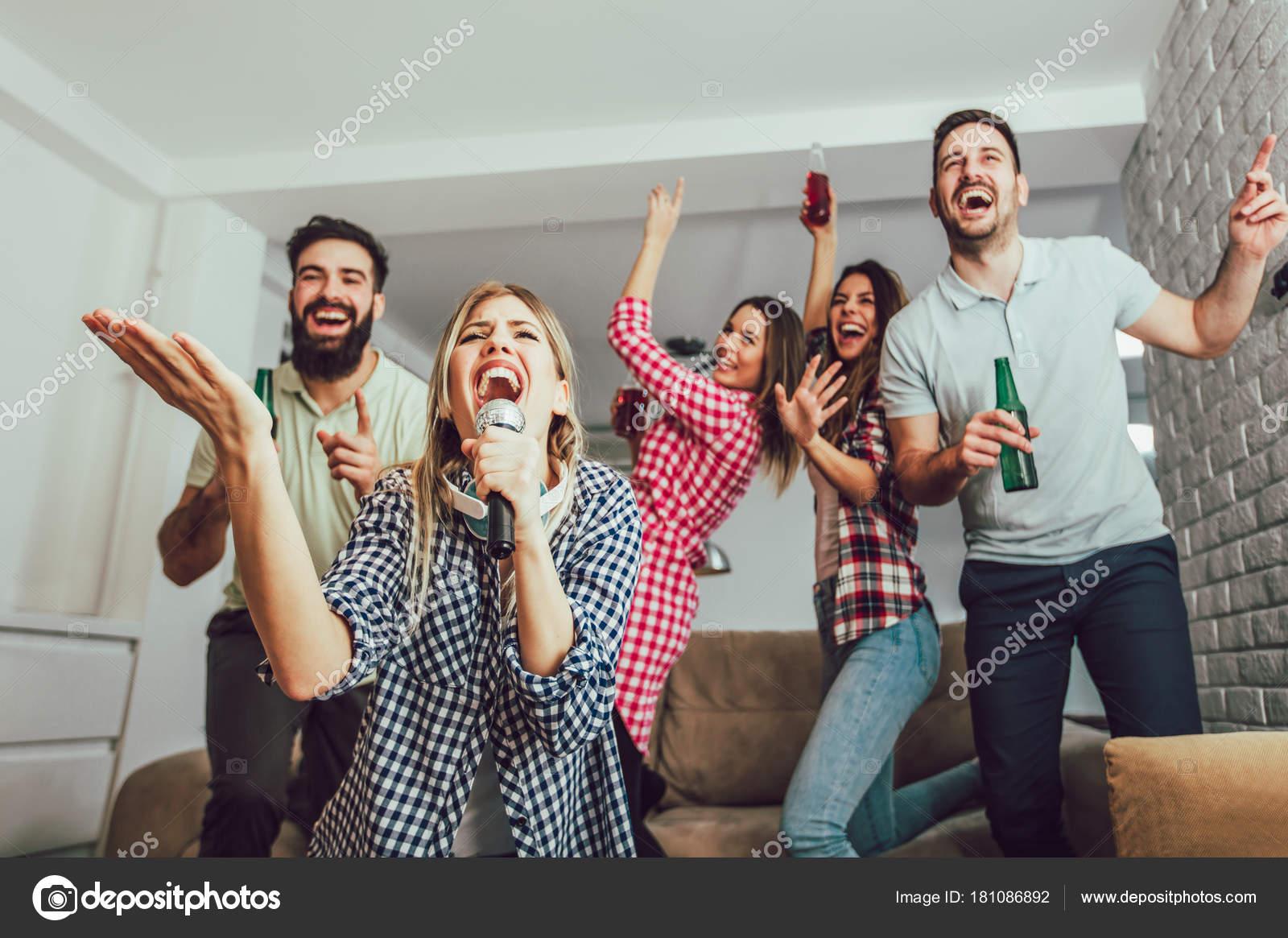 Grupo amigos jogar karaoke casa conceito sobre amizade entretenimento casa fotografias de - Karaoke en casa ...