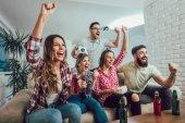 Fényképek Boldog meg vagy szurkolók néz foci tv-és celebra