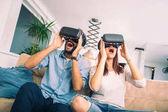 Mladý muž a žena v neformálním oblečení nosit brýle virtuální reality jsou sledování a zobrazení představit prostřednictvím Vr kamery, technologie a inovace koncepce