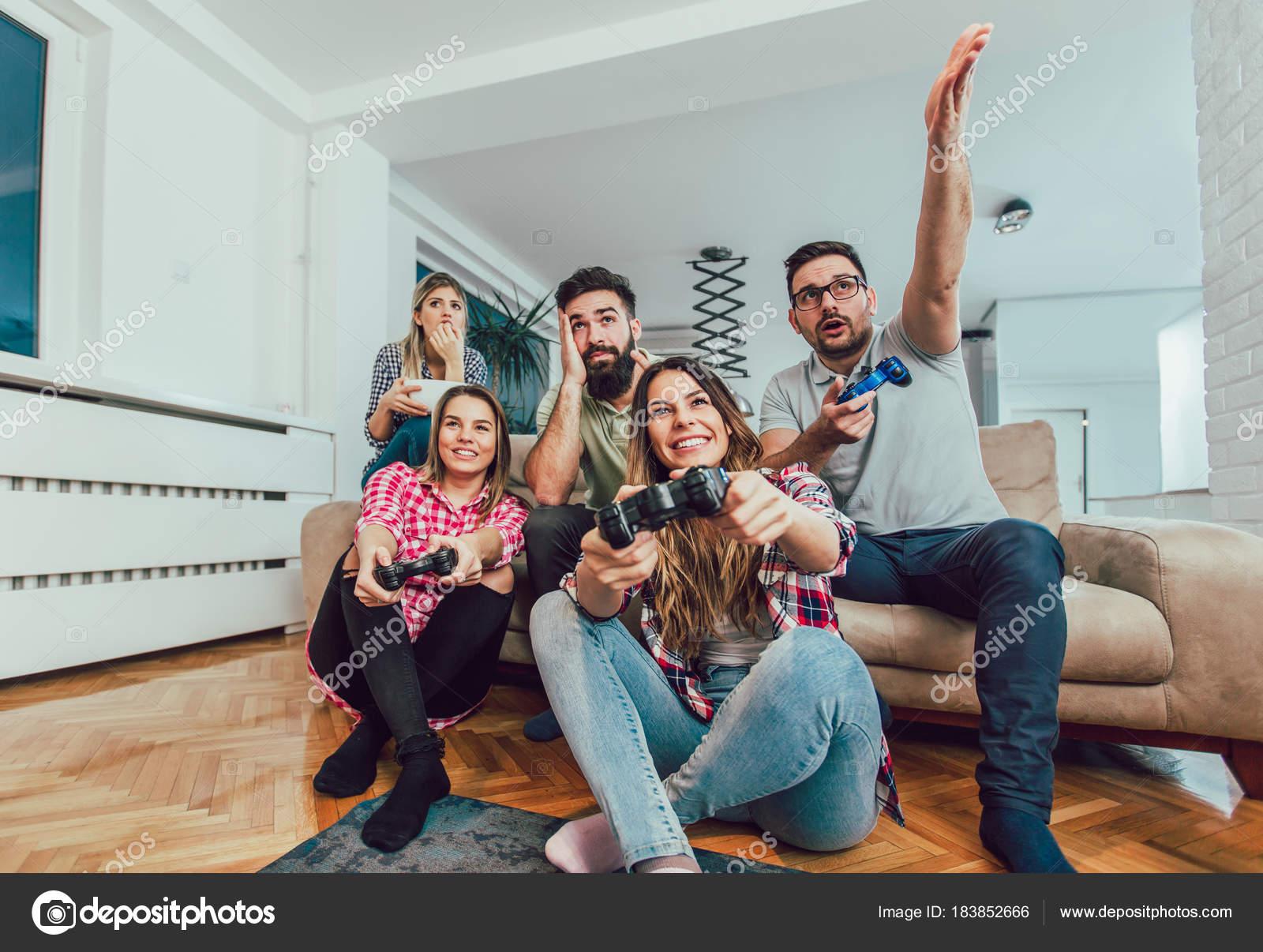 Juegos En Casa En Grupo Grupo Amigos Juegan Juegos Video Casa