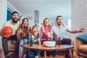 Fényképek Boldog futballszurkoló néz foci tv és ünneplő győzelem otthon, a sör és a pattogatott kukorica