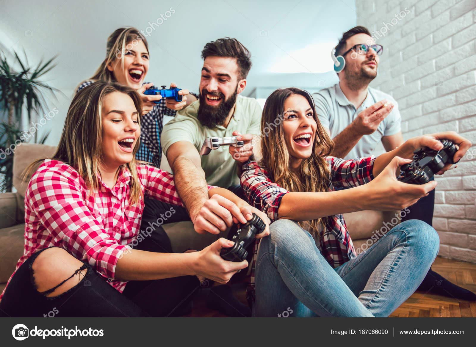 Fotos Para Un Grupo De Amigos Grupo Amigos Juegan Juegos Video