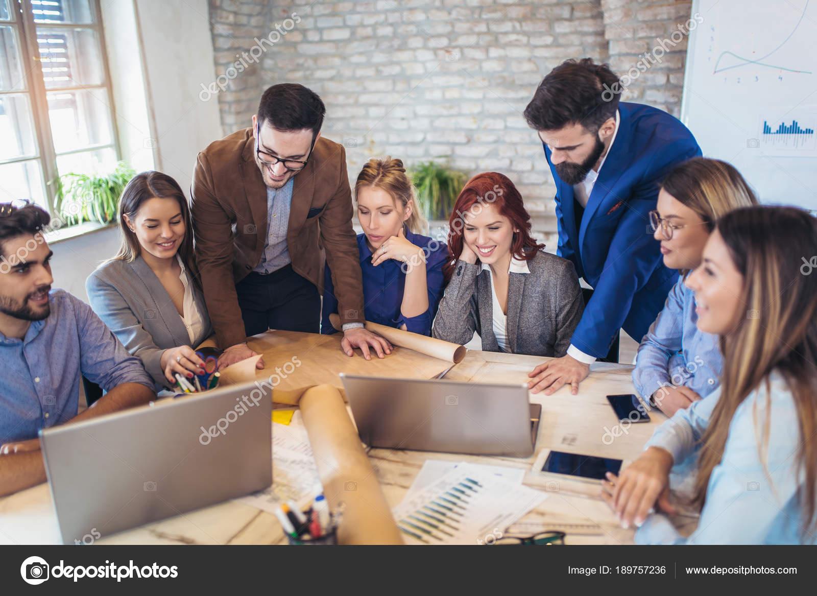Gens affaires groupe pour discuter des idées dans bureau moderne
