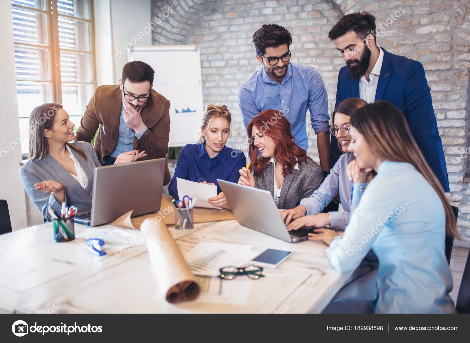Groupe gens affaires discuter des idées dans bureau moderne