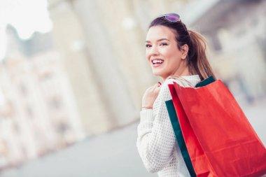 Alışveriş torbalarını elinde tutan kadın.