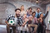 Fényképek Boldog meg vagy foci rajongók néz foci tv és a győzelmet ünnepli. Barátság, sport és szórakoztató koncepció