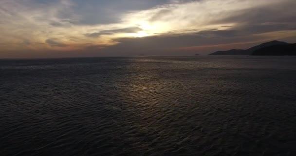 Krásný západ slunce nad oceánem