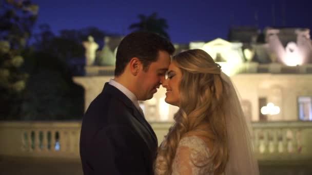 Braut und Bräutigam tanzen auf einem Balkon