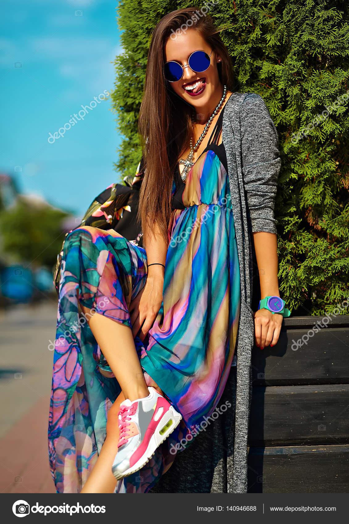 ab81f312f4 Stylowe piękna młoda brunetka kobieta moda model w lato hipster kolorowe  ubranie pozowanie na ulicy tle — Zdjęcie od ...