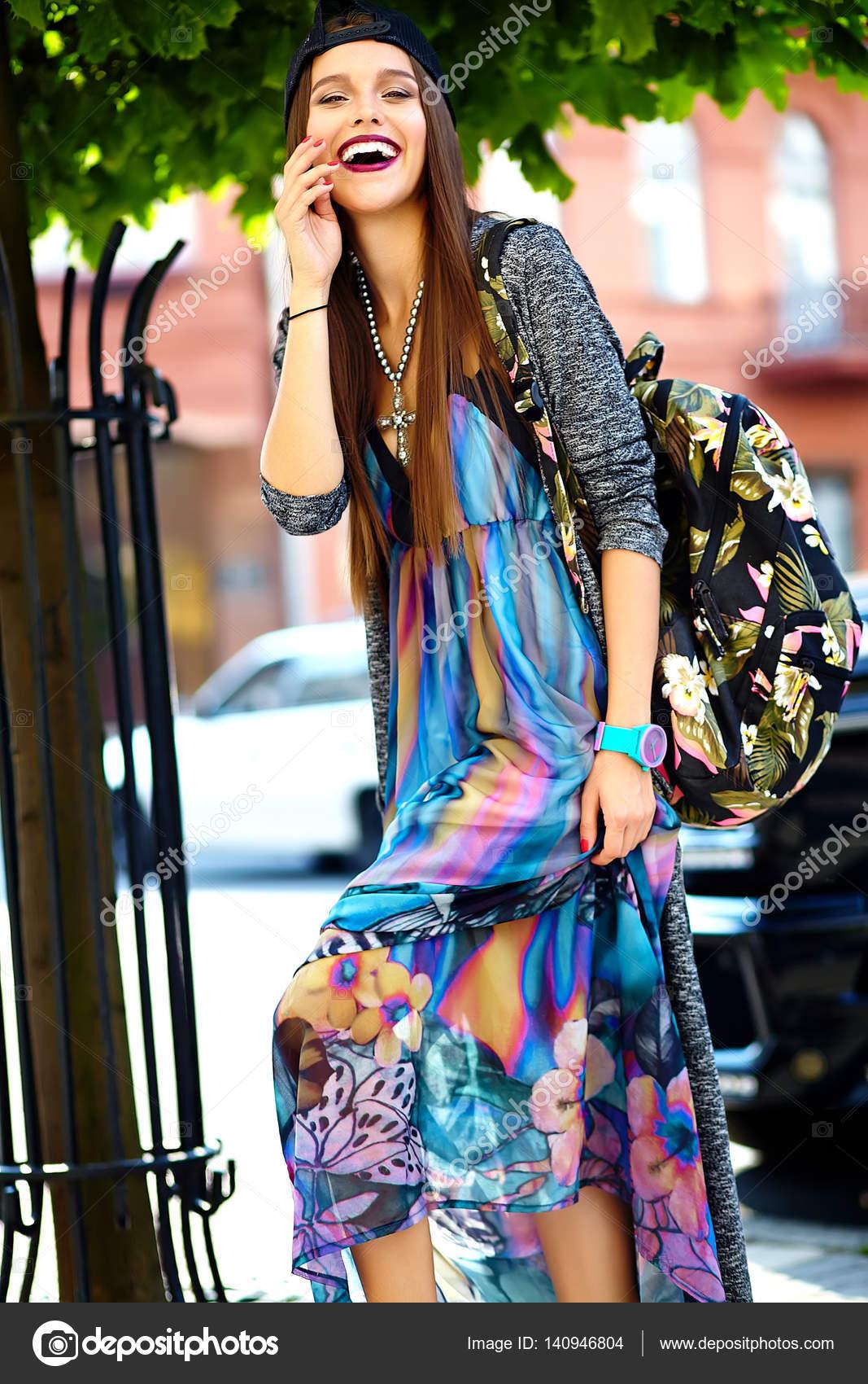 c823896cfd Stylowe piękna młoda brunetka kobieta moda model w lato hipster kolorowe  ubranie pozowanie na ulicy tle — Zdjęcie od alexhalay. Znajdź podobne obrazy