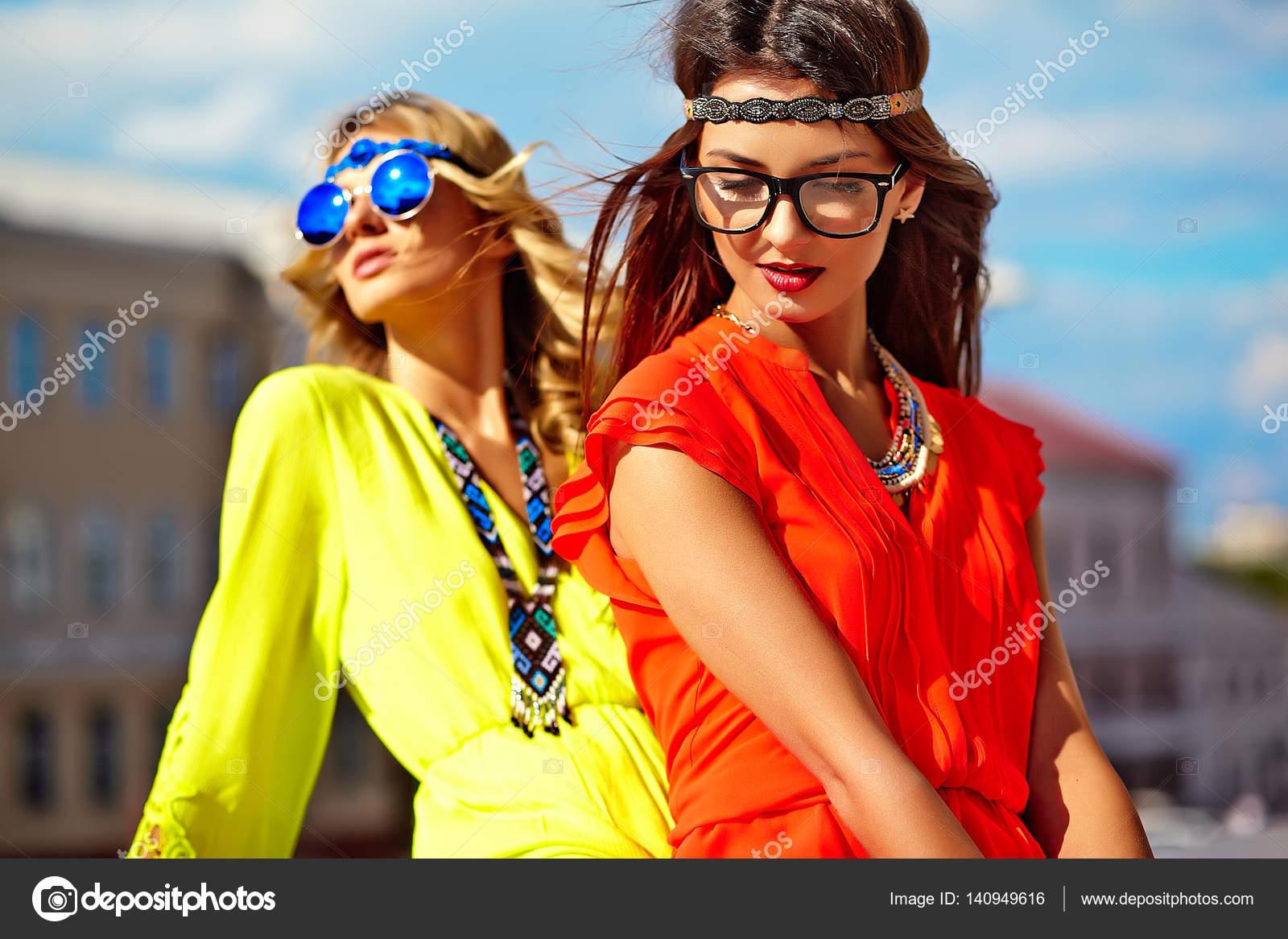 d8e2a58b53 Dos modelos de mujer joven hippie en día soleado de verano en ropa hipster  colorido brillante