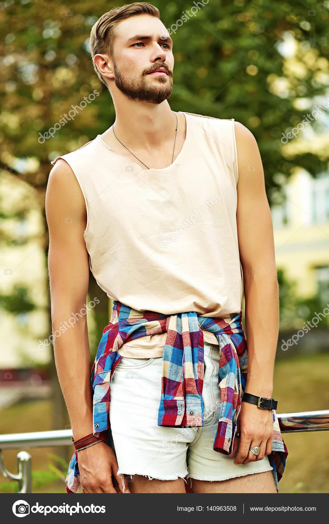 89ff41c3c Hombre de hipster hermoso modelo en ropa de verano con estilo ...