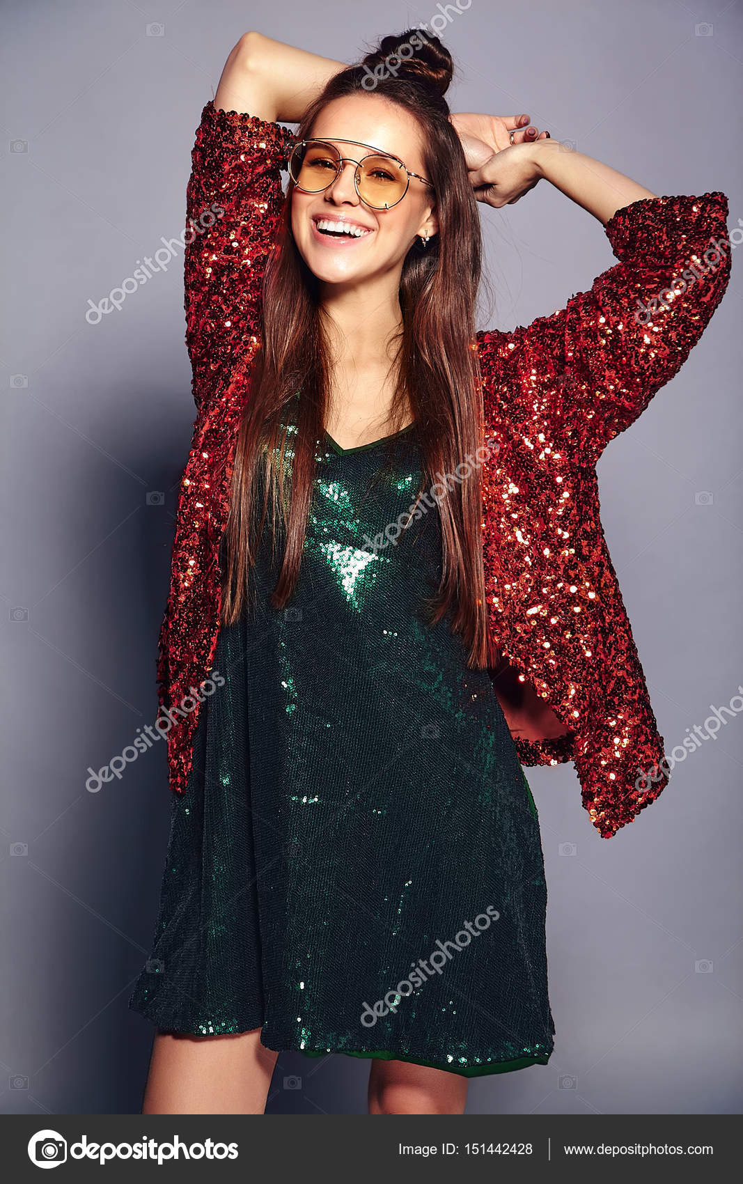 Bello castana hipster modello sorridente caucasico in donna RwAgqrR