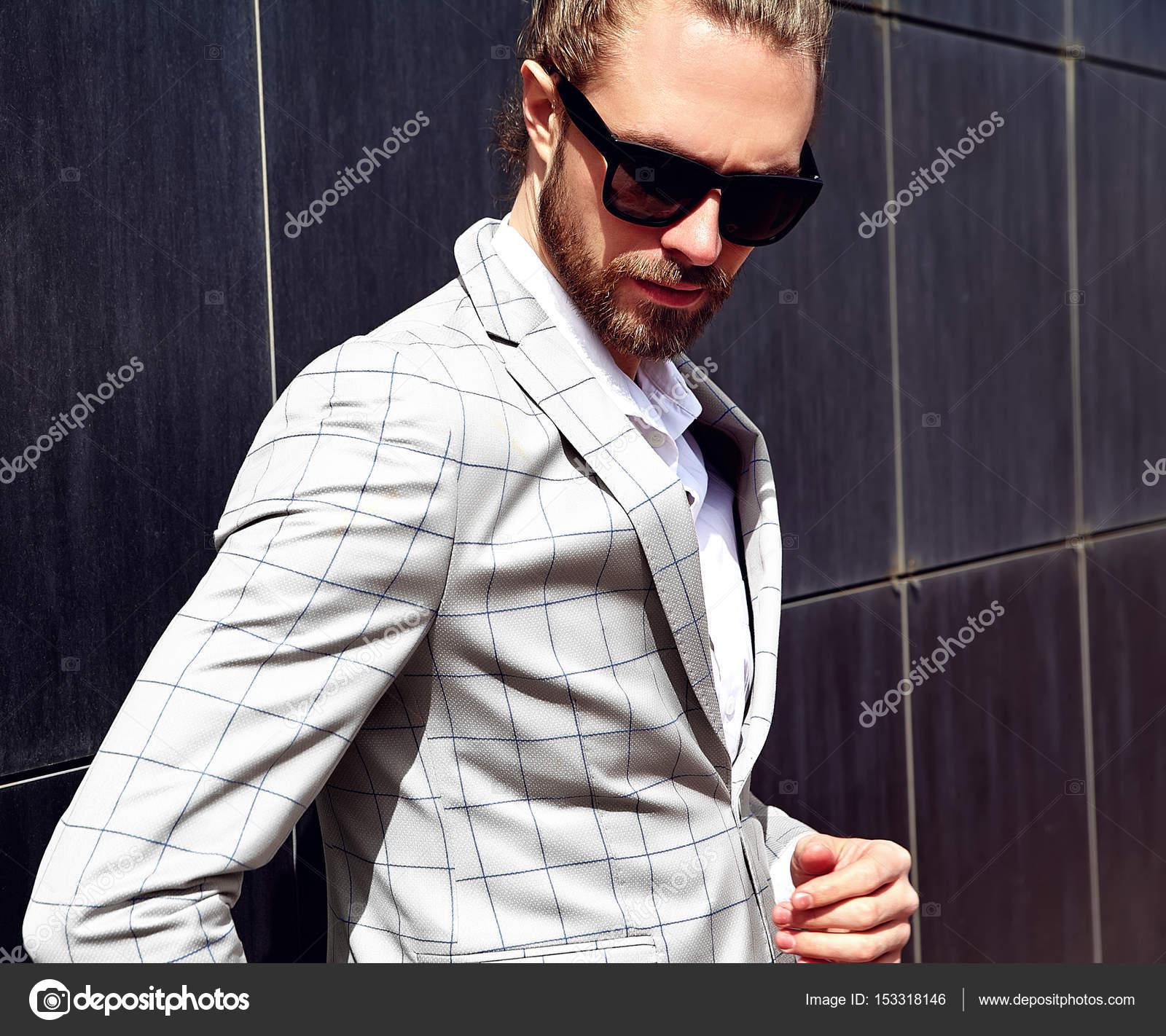 8d9f7db504e03 Zarif beyaz kareli takım elbise giymiş seksi yakışıklı moda erkek model  adam portresi — alexhalay - Fotoğraf