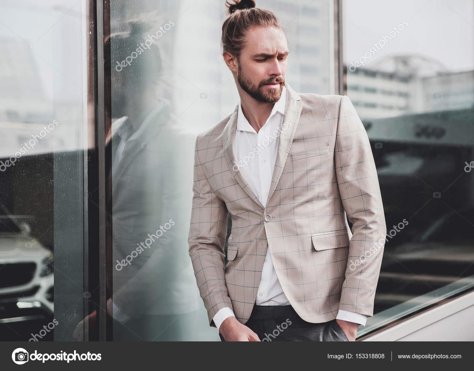 f84315573457e Zarif bej kareli takım elbise giymiş seksi yakışıklı moda erkek model adam  portresi — alexhalay ...