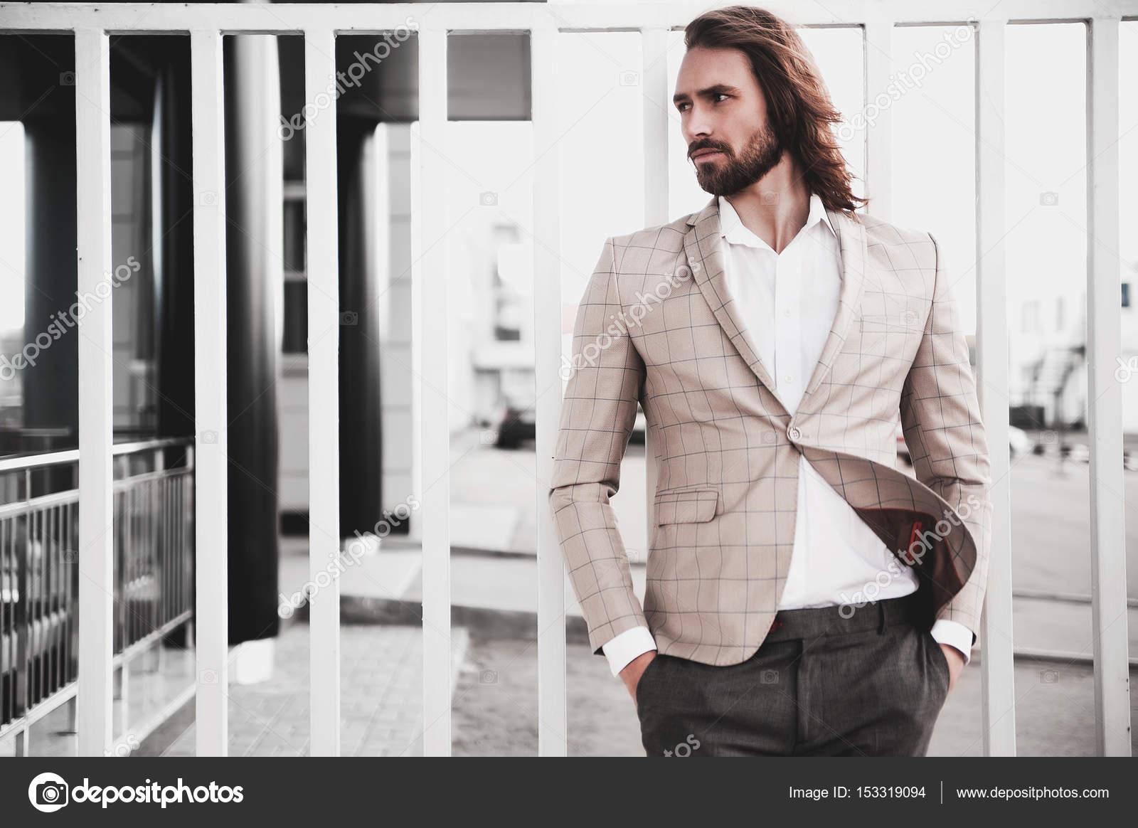 2df349adf16b5 Zarif bej kareli takım elbise giymiş seksi yakışıklı moda erkek model adam  portresi — alexhalay - Fotoğraf