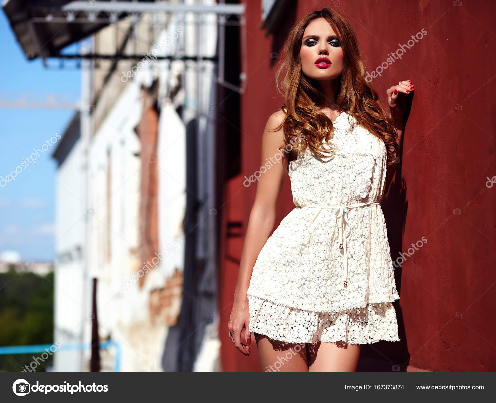 00c5f171f ... de hermosa sensual modelo de mujer joven Caucásica con maquillaje de  noche vestido de verano blanco posando en el fondo de la calle junto a la  pared ...