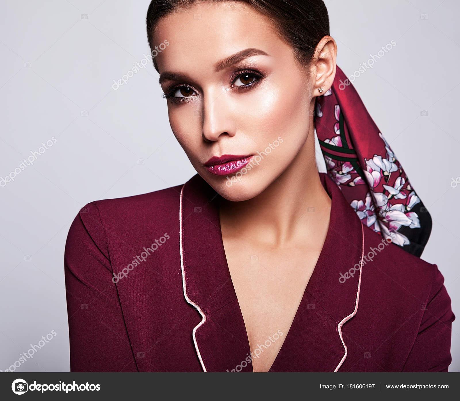 5f5b55f7666f Πορτρέτο του όμορφη σέξι μελαχρινή γυναίκα επιχειρηματικό μοντέλο σε  κόκκινο κοστούμι ρούχα με Βραδινό μακιγιάζ που απομονώνονται σε γκρίζο  φόντο — Εικόνα ...