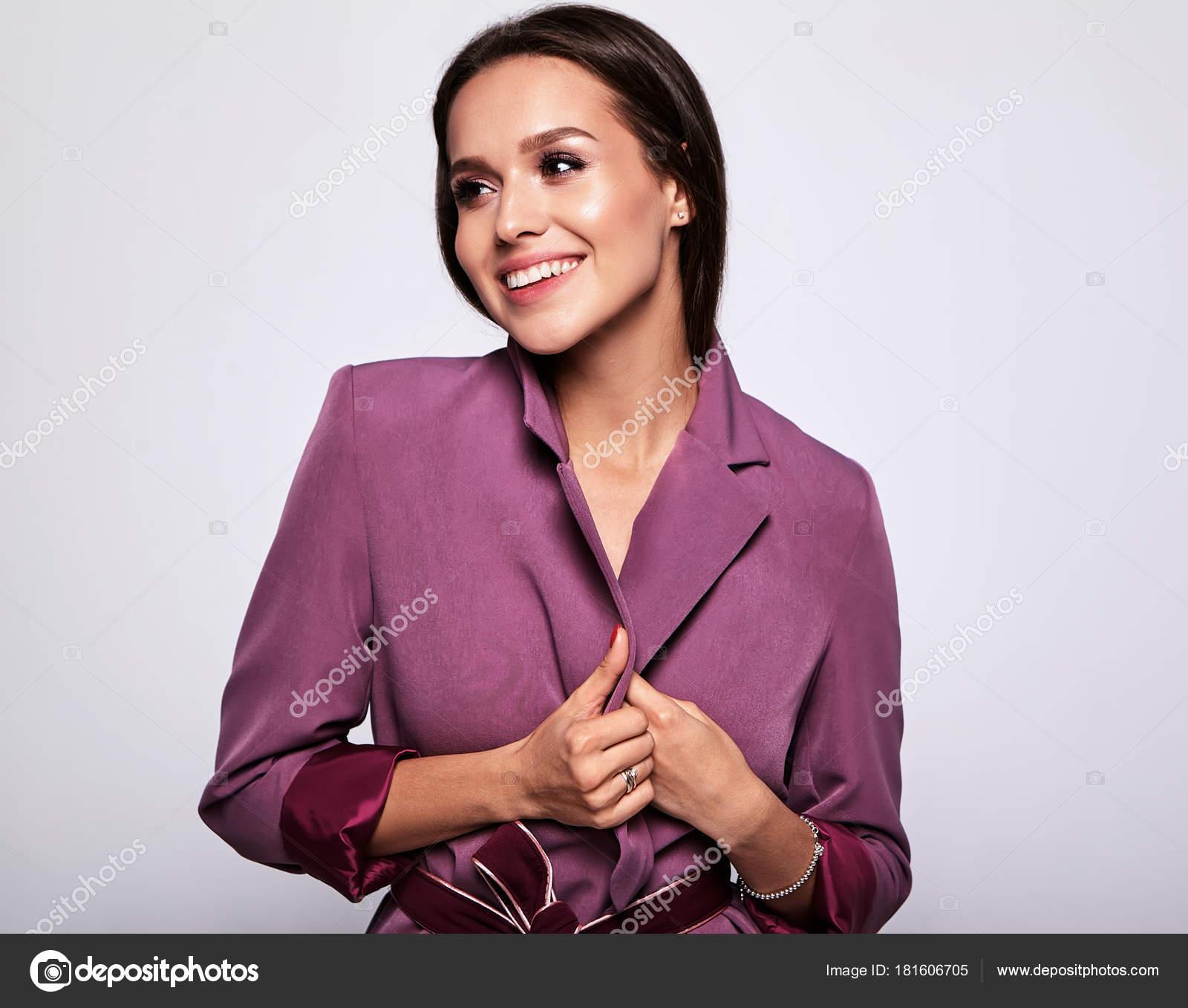 66aa8cd05d5a Πορτρέτο του όμορφη γυναίκα μελαχρινή μοντέλο σε ροζ κοστούμι που δεν  μακιγιάζ που απομονώνονται σε γκρι — Εικόνα από ...