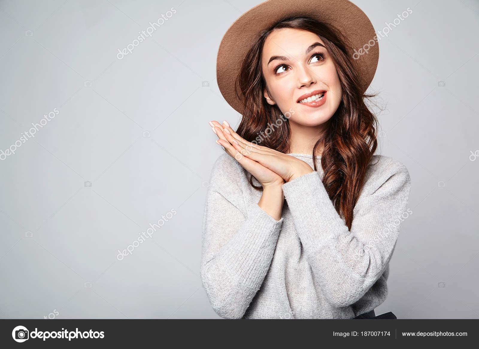 2468ad9e8ed6 Ritratto di giovane ragazza elegante modello in grigio casual estate vestiti  in cappello marrone ottiene buona idea in mente come migliorare il  progetto