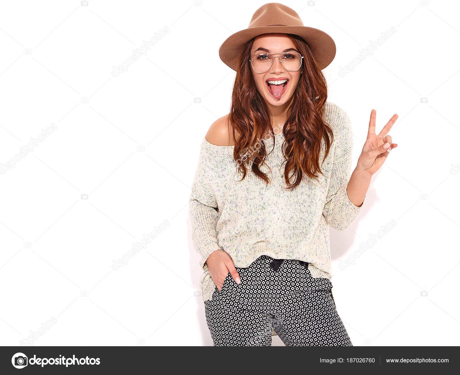 0e88569c3 Modelo de menina elegante nas roupas de verão casual no chapéu marrom com  maquiagem natural em copos isolado no fundo branco. Olhando para a câmera,  ...