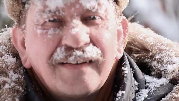 Männer Schnee glücklich Gefühl Winter sonniger Tag