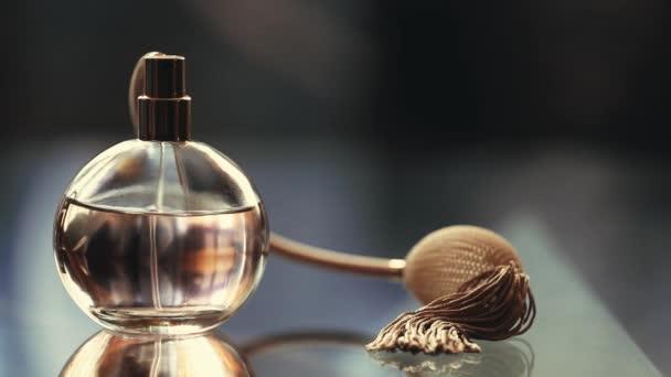 Filmmaterial aus der Parfümflasche