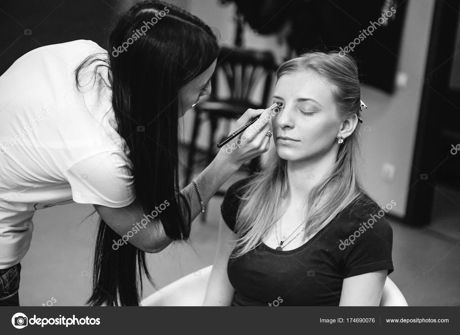 Artiste maquilleur au travail en noir et blanc photo– images de stock libres de droits