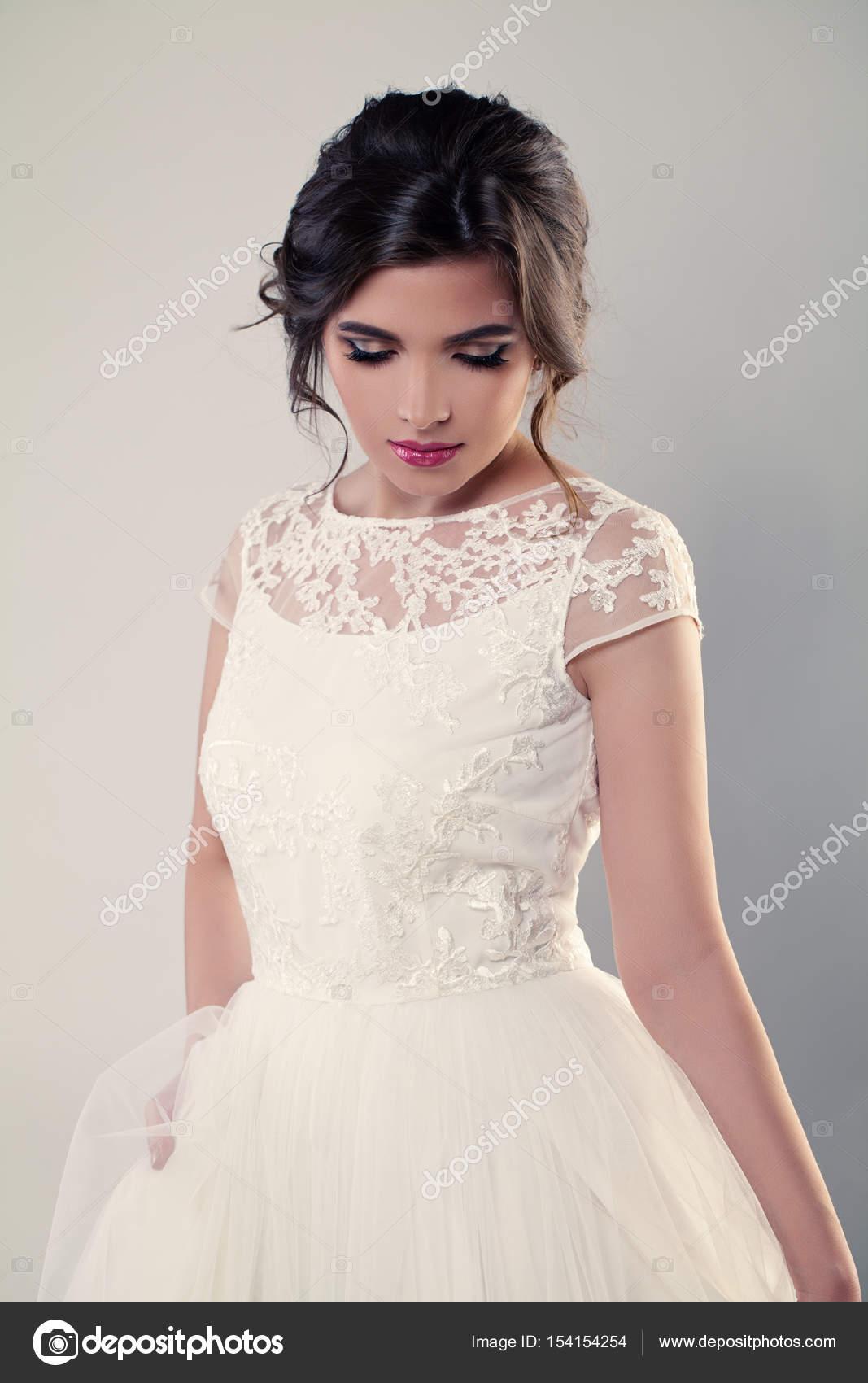Mode Modell Braut im weißen Kleid. Hochzeit Make-up und Frisur ...