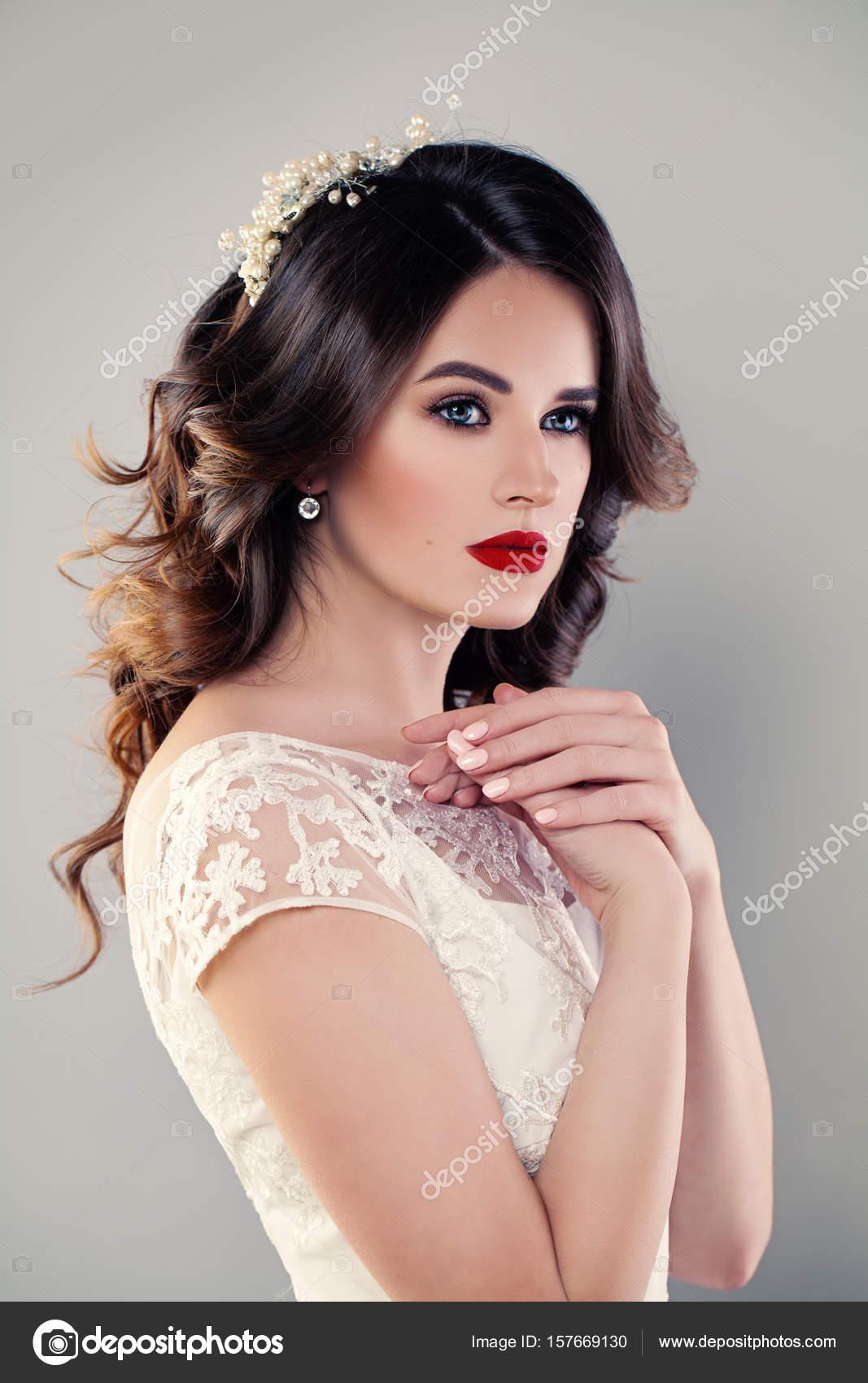 Nettes Mädchen Mode Model Braut im weißen Kleid. Hochzeit Make-up ...