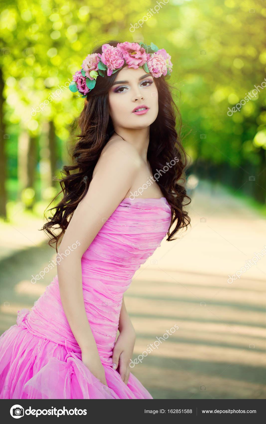 Hermosa modelo de moda de mujer con flores vestido de baile — Fotos ...