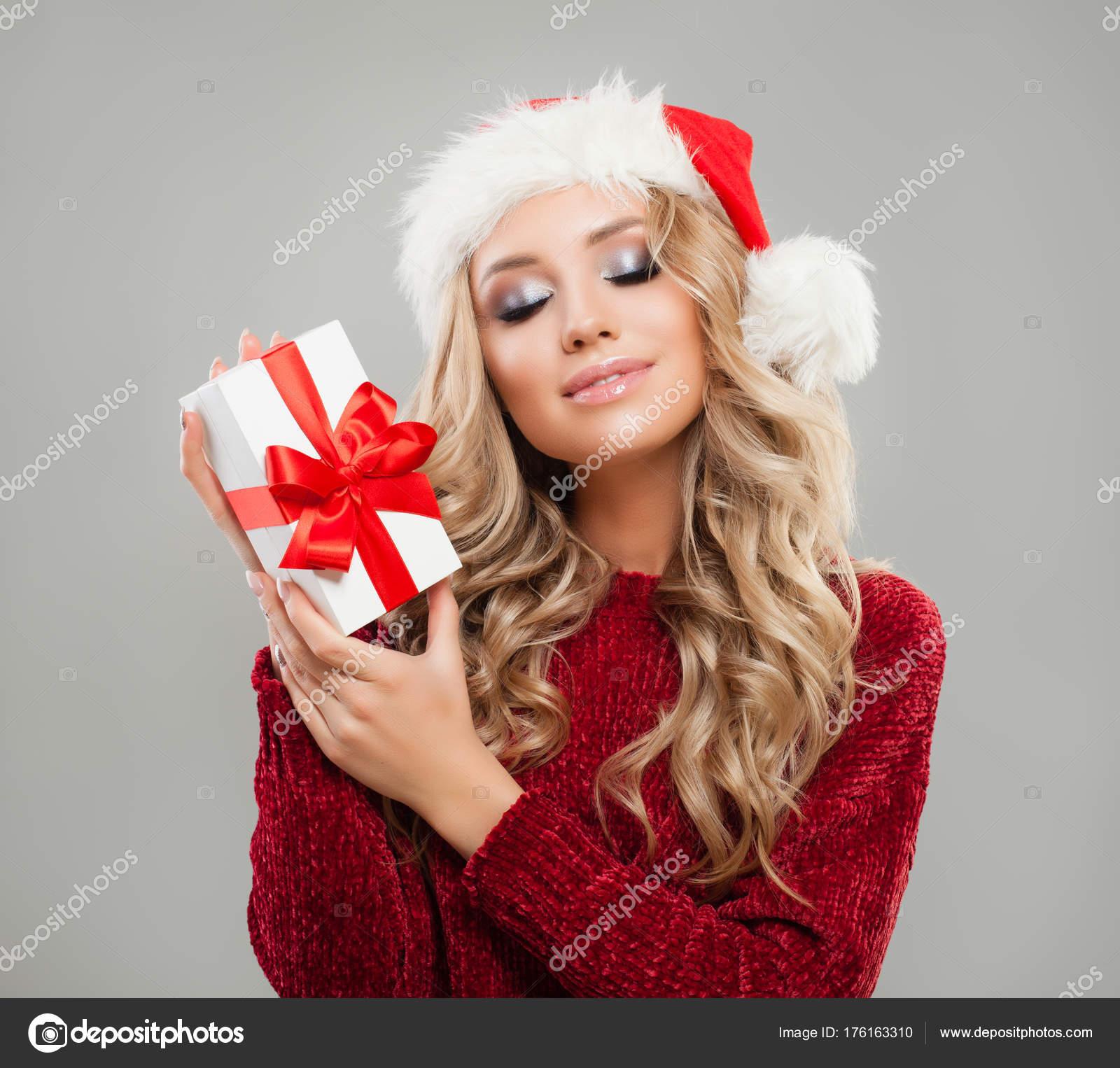 Schöne Weihnachtsmädchen mit Weihnachtsgeschenk. Perfekte Frau ...