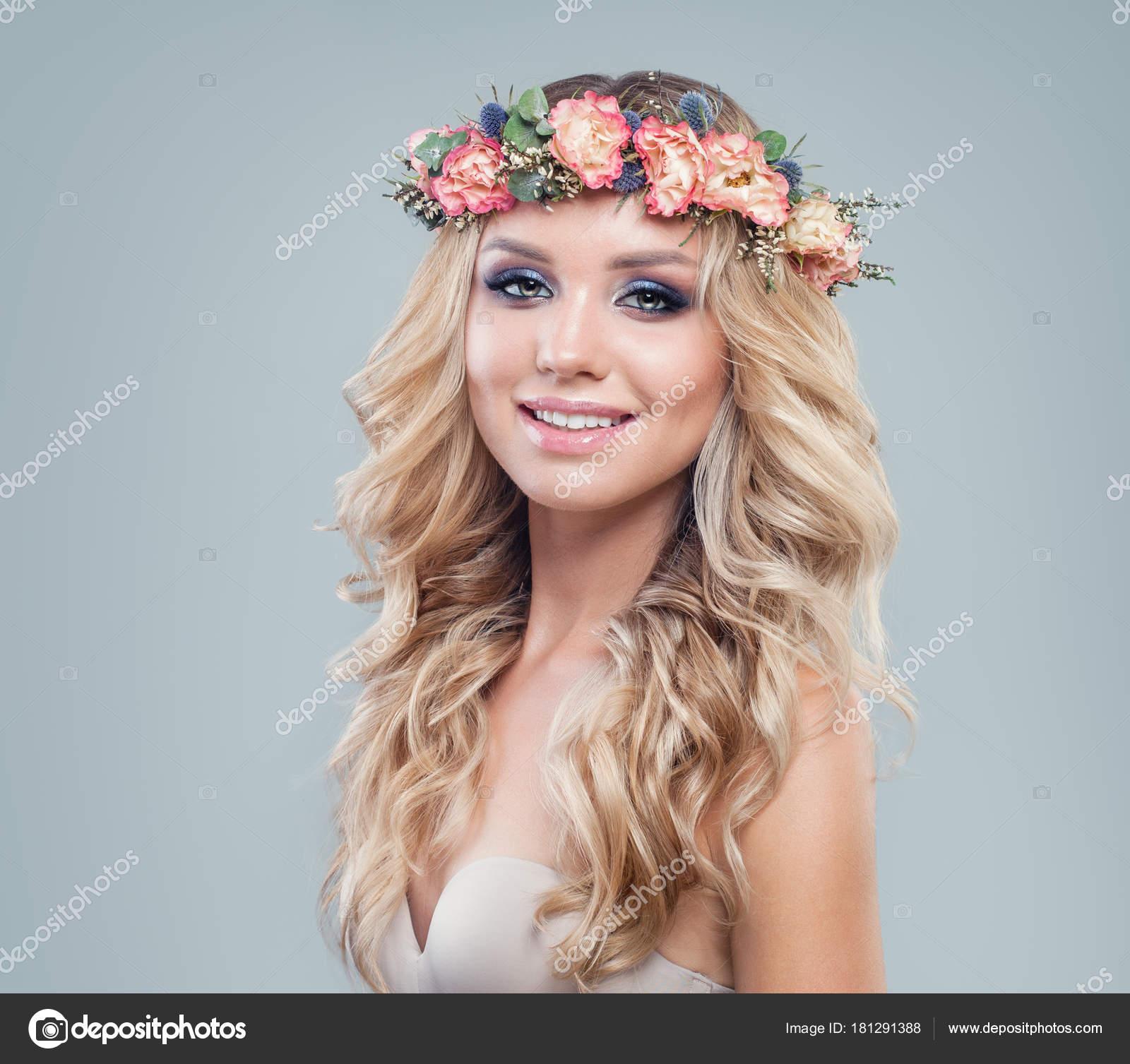 Fröhliche Schöne Frau Mit Blumen Im Frühling Blondine