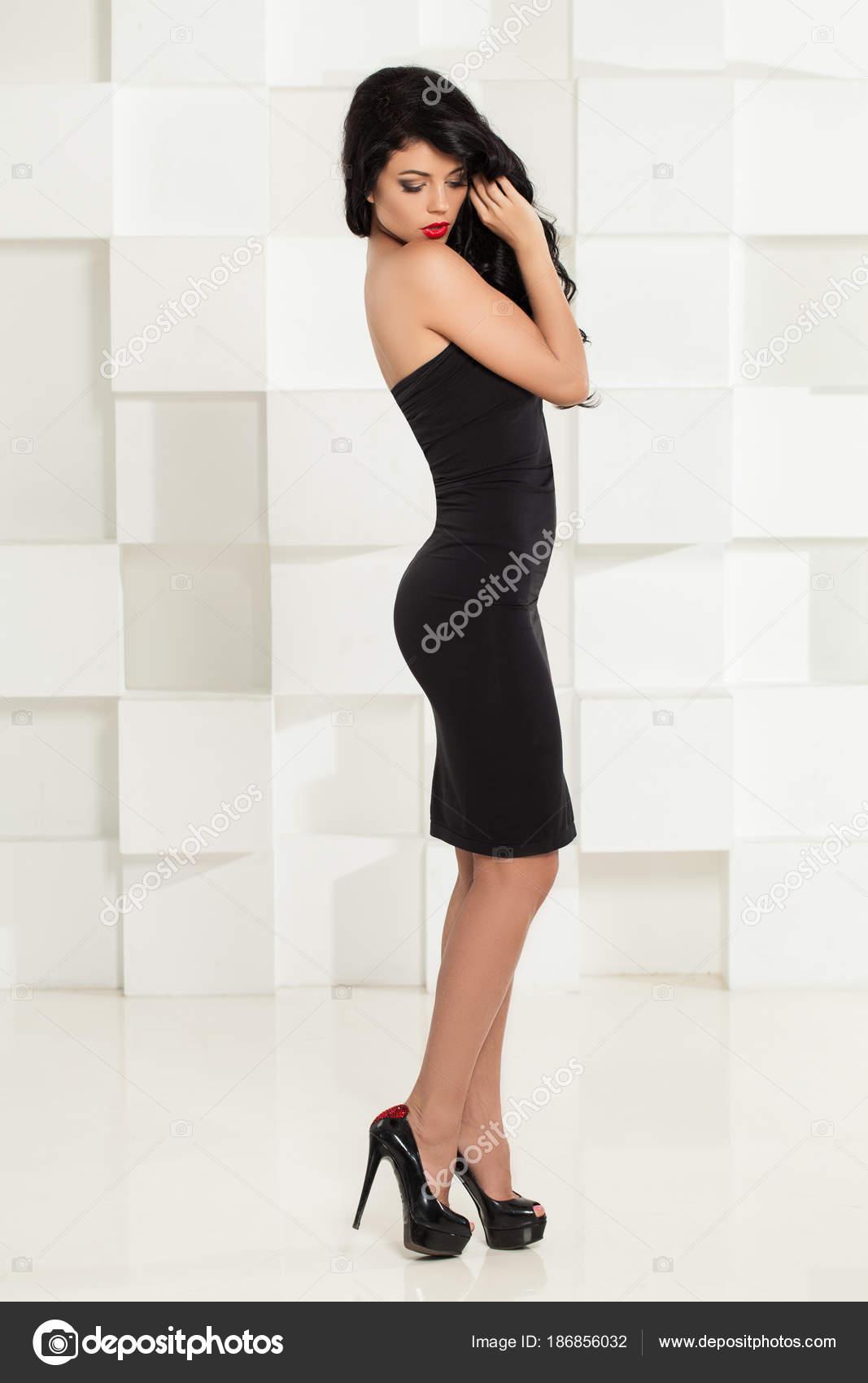 Sexy Frau im schwarzen Cocktailkleid und high Heels Schuhe ...