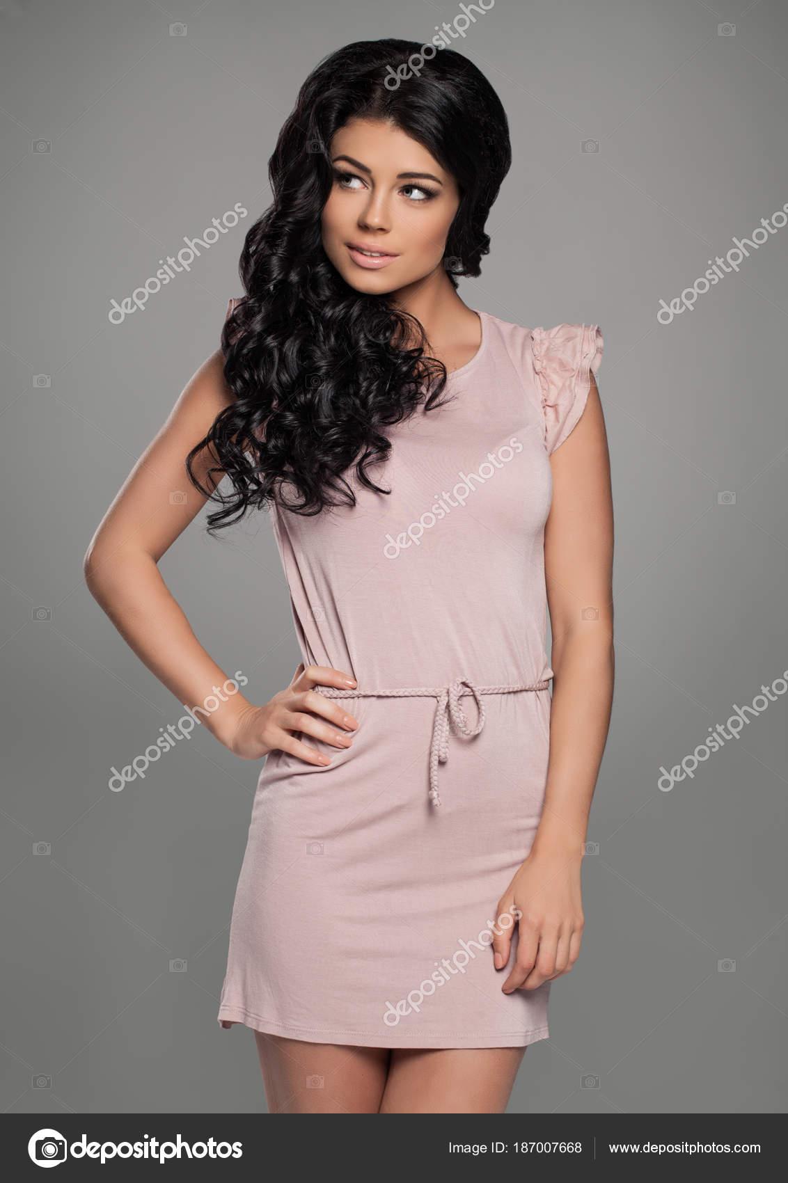 10ba08be0b03 Roztomilá žena nosí růžové šaty. Módní portrét tmavě hnědé vlasy modelu —  Fotografie od ...