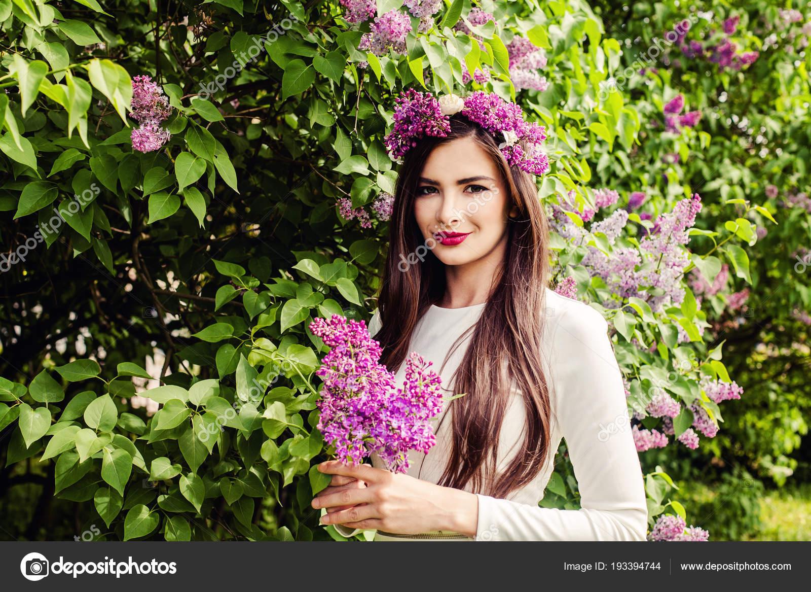 c8414e01e6 Uśmiechnięta kobieta kwiaty na zewnątrz. Piękna brunetka dziewczynka długo  zdrowe włosy i makijaż — Zdjęcie od ...