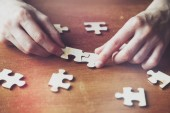 ruce, řešení puzzle s dřevěné kusy